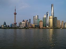 Skyline Pudong am Abend August 2016.jpg
