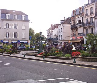 Square in Fontainebleau Town Centre.JPG