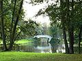 Stadtpark Frankfurt Höchst Weiher Bogenbrücke.jpg