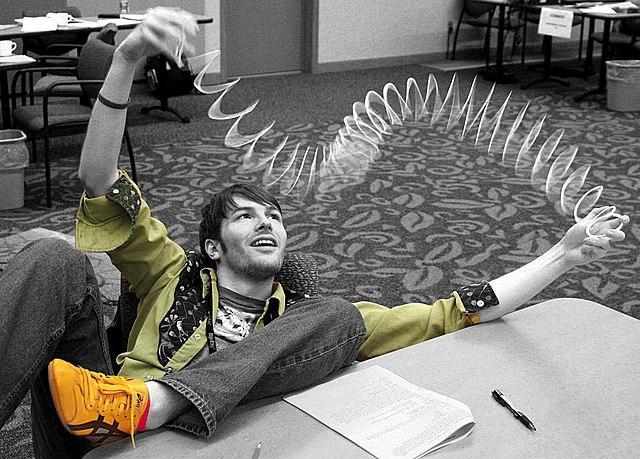 """Stehende Welle auf einer """"Slinky"""" image source"""