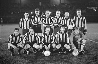ASV-DWV - D.W.V. with Stanley Matthews (3rd from left) before the match against De Volewijckers (4 April 1962)