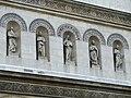 Statuen an der Ludwigskirche.jpg