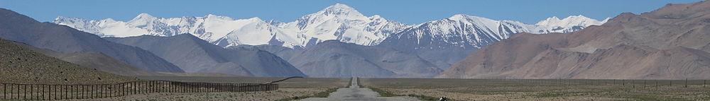 Панорама Памирских гор и автомобильной дороги в Мургабском районе. Слева — таджикско-китайская граница