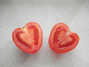 Một quả cà chua hình trái tim.