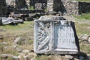 Ulpia Traiana Sarmizegetusa - The frontispiece of Forum In honorem domus divinae L(ucius) Ophonius Pap(iria) Domitius Priscus IIvir col(oniae) Dacic(ae) pecunia sua fecit l(ocus) d(atus) d(ecreto) d(ecurionum)