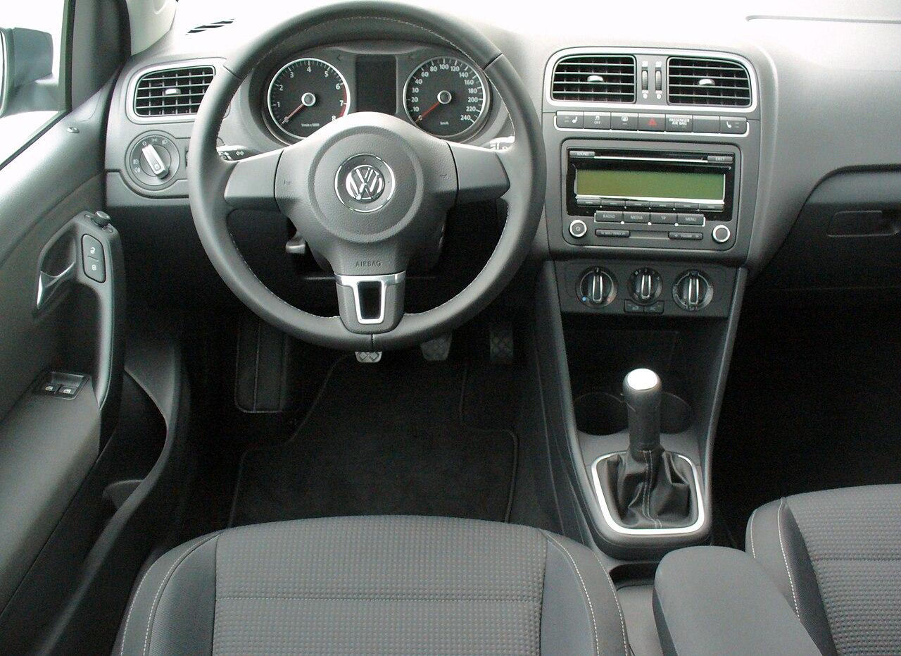 File:VW Polo V 1.2 Team Monosilber Interieur.JPG - Wikimedia Commons
