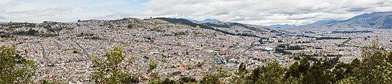 Vista de Quito desde El Panecillo, Ecuador, 2015-07-22, DD 45-49 PAN.JPG