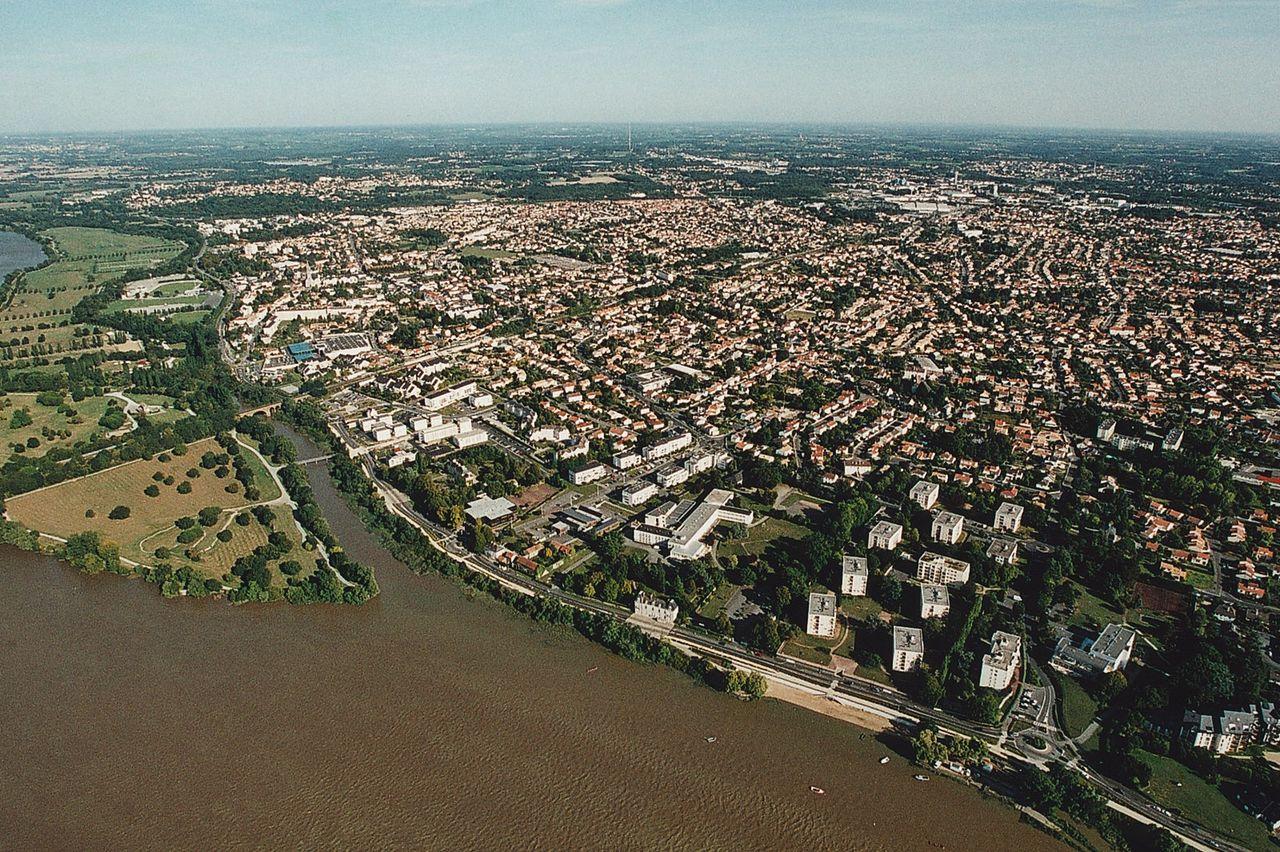 [Image: 1280px-Vue_a%C3%A9rienne_de_Saint-S%C3%A...-Loire.jpg]