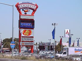 Panneau « Welcome to Fairfield » le long de l'Interstate 80.