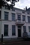 foto van Statig herenhuis met schilddak en gepleisterde lijstgevel met stucwerk en balcon