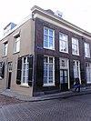 foto van Huis met schilddak en eenvoudige lijstgevel in empire traditie, schuiframen, vensterluiken