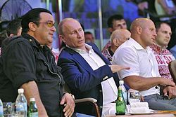 5816182ef00 Seagal durante um evento ao lado do presidente russo Vladimir Putin.