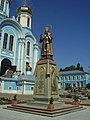 Задонск,памятник Тихону Задонскому в монастыре.jpg