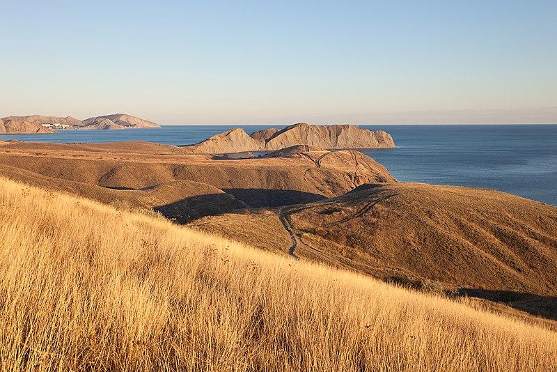 Панорама Тихої бухти з пагорбів Коктебелю. Автор фото — Khoroshkov (CC-BY-SA-4.0)