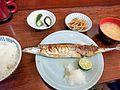 焼き魚はみだし 丸皿から (29958629932).jpg