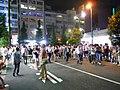 篠田麻里子畢業時在AKB48劇場附近聚集的人群.jpg