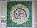 1210 Langfeldgasse 16 - Stg 38 - Großfeldsiedlung - Hauszeichen-Mosaik Schnecke (3) von Gerhard Wind IMG 3432.jpg