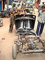 130 Bangalore Kinder vor zerlegter Rikscha.jpg