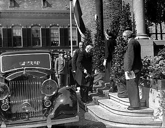 Congress of Europe - Sir Winston Churchill arriving at the European Congress in The Hague (May 9, 1948)