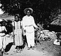 1948 Campesinos achiutlecos con venado.jpg