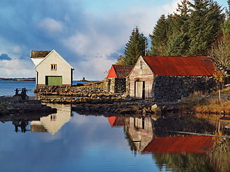 Gulen - View of some old boathouses near Byrknes (photo: Frode Inge Helland)