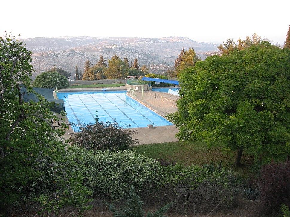 A Pools אדמית 2