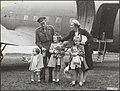 Aankomst van prinses Juliana en haar dochters uit Canada (via Engeland) op vlieg, Bestanddeelnr 019-0293.jpg