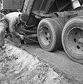 Aanleg en verbeteren van wegen, dijken en spaarbekken, landbouwwegen, egaliseren, Bestanddeelnr 161-0788.jpg