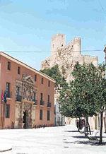 Castillo de Almansa (España) y Ayuntamiento (Palacio de los Condes de Cirat), en primer plano