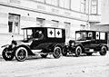 Ambulanssiautoja Vironkadulla Helsingissä - N34364 - hkm.HKMS000005-km003352.jpg