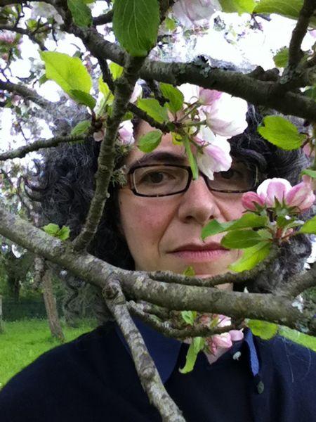 Portrait d'Anne-Sylvie Salzman dans un verger
