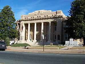 Das Anson County Courthouse (2012) im Wadesboro Downtown Historic District. Dieser Historic District ist einer von sechs Einträgen des Countys im National Register of Historic Places.