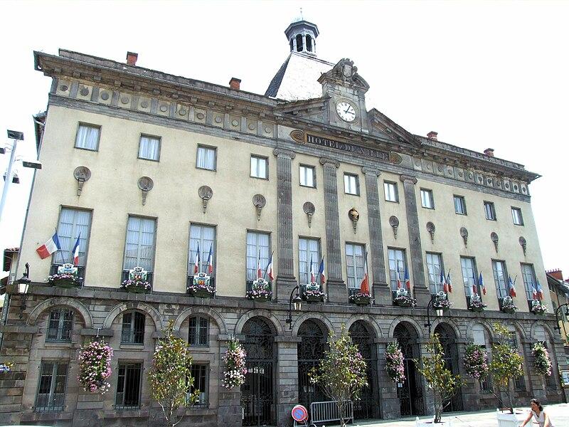 Villes et villages de charme du Cantal 800px-Aurillac_-_H%C3%B4tel_de_ville_-1