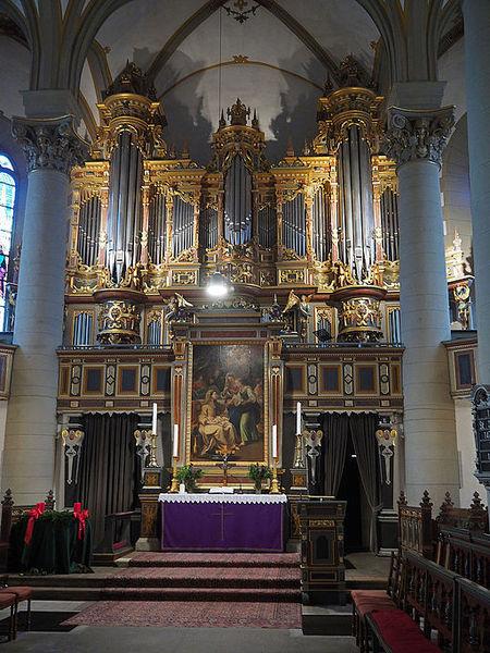 Datei:Bückeburg Stadtkirche Altar und Orgel.JPG