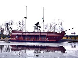 Barge in Mezhyhirya.jpg