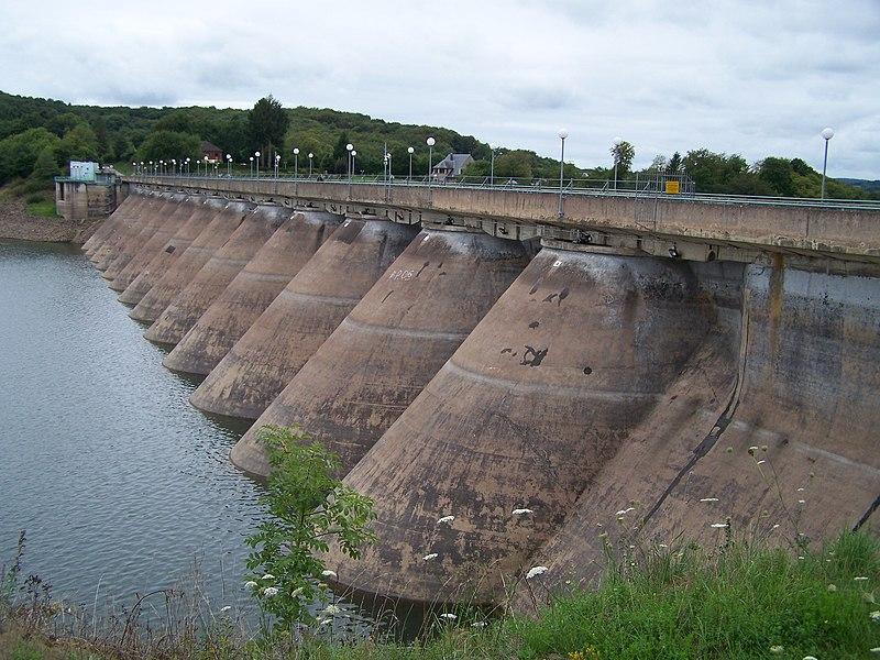 Vue en amont du barrage hydroélectrique du lac de Pannecière (Nièvre, France) en août 2011, lors d'une vidange partielle du lac.
