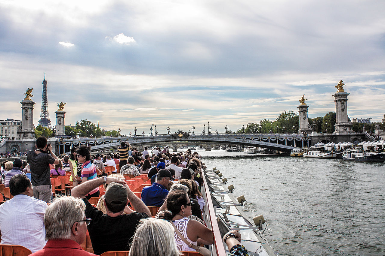 file bateau mouche and pont alexandre iii paris 17 august wikimedia commons. Black Bedroom Furniture Sets. Home Design Ideas