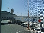 Ben Gurion International Airport מגדל תיאום על רקע גשר עלייה למטוס.JPG