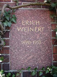 Berlin Friedrichsfelde Zentralfriedhof, Gedenkstätte der Sozialisten (Urnenwand) - Weinert 1.jpg