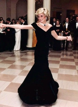 Victor Edelstein - Diana, Princess of Wales, wearing her Victor Edelstein Travolta gown at the White House in 1985.
