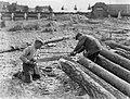 Bouwwerkzaamheden twee mannen met een zaag, Bestanddeelnr 189-0792.jpg