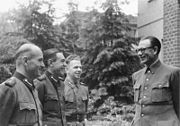 Bundesarchiv Bild 146-1984-101-32, General Andrej Wlassow mit russischen Freiwilligen