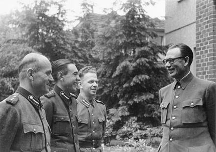 Vlasov speaking to ROA men near Dabendorf, autumn 1944 Bundesarchiv Bild 146-1984-101-32, General Andrej Wlassow mit russischen Freiwilligen.jpg