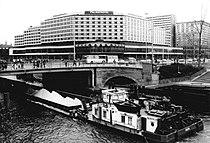 Bundesarchiv Bild 183-1985-0415-029, Berlin, Palasthotel, Schubschiff auf Spree.jpg