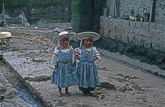 Otavalo people - Two Otavalo girls in Cayambe, Ecuador
