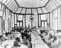 COLLECTIE TROPENMUSEUM De conferentie met 39 vertegenwoordigers van Borneo en de Grote Oost en Nederland onder leiding van Van Mook voor de vorming van een federaal Indonesië in Malino op Celebes TMnr 10000220.jpg