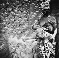 COLLECTIE TROPENMUSEUM Een Samo vrouw geeft haar baby de borst tussen het graanmalen door TMnr 20010212.jpg