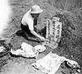 COLLECTIE TROPENMUSEUM Offeren op een Chinees graf te Pematangsiantar Noord-Sumatra TMnr 10003145.jpg