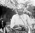 COLLECTIE TROPENMUSEUM Portret van een krijger-koppensneller van Amarasi Timor TMnr 10001097.jpg