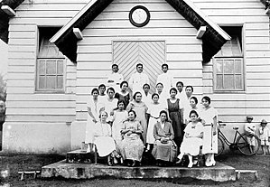 Mongondow people - Image: COLLECTIE TROPENMUSEUM Vergadering van de P.I.K.A.T. (Pertjintaan Iboe Kepada Anak Toeroen toemoeroen) een vrouwen vereniging uit Manado. Hier de afdeling Mongondow Bolaangmongondow Noord Celebes T Mnr 10000761